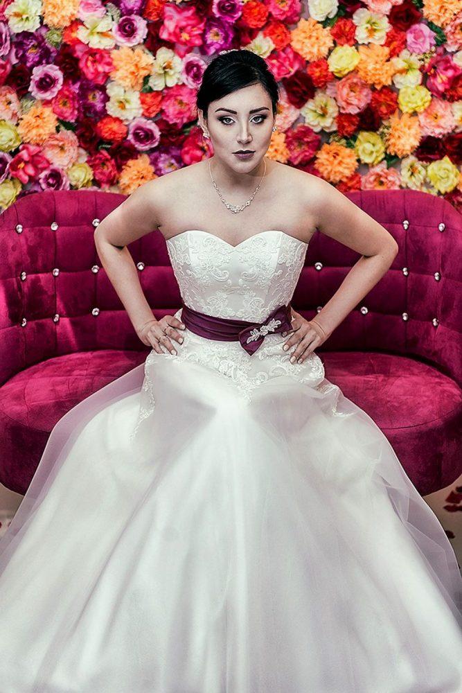 Brautkleid Model 518; Das A-förmige Hochzeitskleid wird aus Organza gefertigt und mit Spitzenapplikationen verziert.