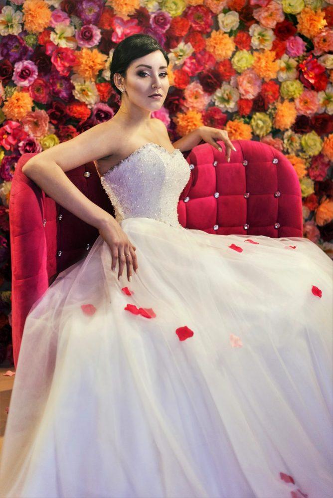 Brautkleid Model 719 im Prinzessin-Stil aus Tüll und Spitze mit Perlen und Strasssteinen.