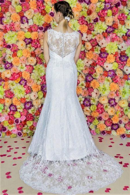 Brautkleid Model 511 Rückseite aus Polen. Das sinnliche Meerjungfrau-Hochzeitskleid wird in voller Länge aus einer französischen Spitze gefertigt. .