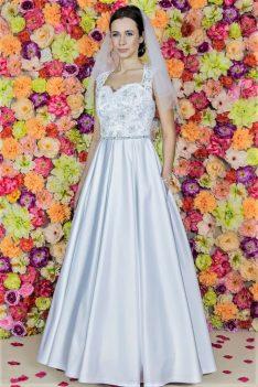 Hochzeitskleid Model 519. Eine einzigartige Verbindung von dem Uni-Satin und der beeindruckenden, handbestickten Spitze.