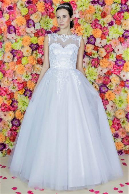Brautkleid Model 611. Hochzeitskleider aus Polen.Das Hochzeitskleid mit einer Prinzessin-Linie und einem glockigen unteren Teil wurde aus mehreren Tüllschichten gefertigt.
