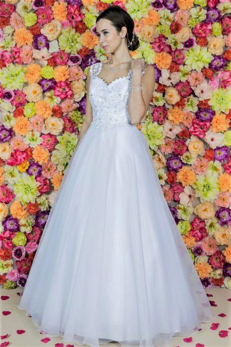 Brautkleid Model 613. Das beeindruckende Hochzeitskleid mit einer Prinzessin-Linie, einem schön verzierten Korsett und Glockenrock aus Organza. Hochzeitskleider aus Polen Zary