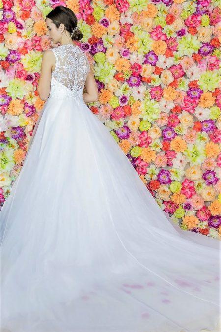 Brautkleidkleid Model 613. Das beeindruckende Hochzeitskleid mit einer Prinzessin-Linie, einem schön verzierten Korsett und Glockenrock aus Organza. Hochzeitskleider aus Polen Zary