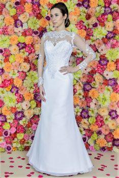 Brautkleid Model 614. Das Hochzeitskleid mit Schwalbenschwanz wurde aus Satin und Chiffon gefertigt. Brautkleider aus Polen