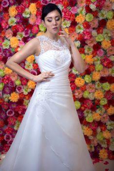 Suknia ślubna litera A z dekoltem zdobionym wyszywaną koronką.
