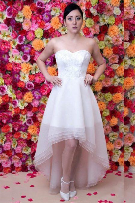 Asymetryczna suknia ślubna z krótkim przodem i wydłużonym tyłem.