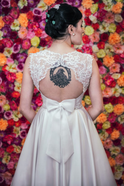 suknia ślubna z odsłoniętymi plecami i satynową spódnicą z kieszeniami.