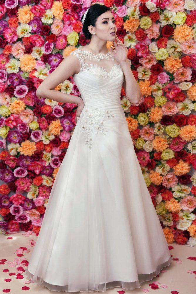 Suknia ślubna litera A z draperią wykonaną z organtyny.