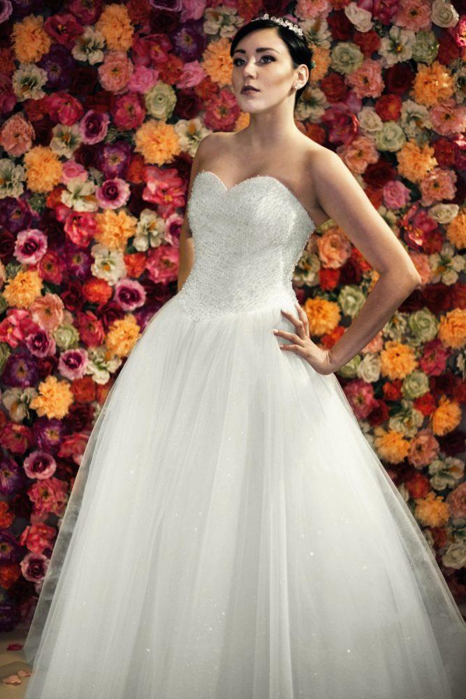 Suknia ślubna księżniczka z gorsetem wyszywanym kryształkamii brokatową spódnicą.