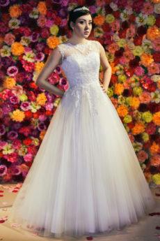 Suknia ślubna Model 611; księżniczka z koronkowymi aplikacjami i brokatową spódnicą.