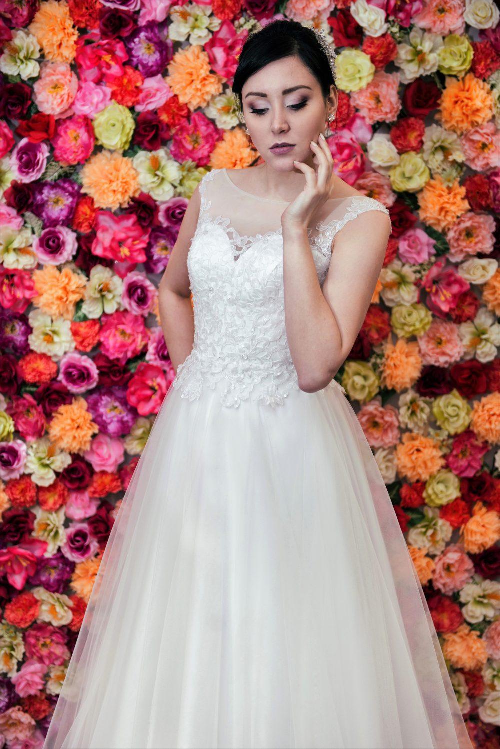 Suknia ślubna Model 612 z tiulową spódnicą i dekoltem illusion.