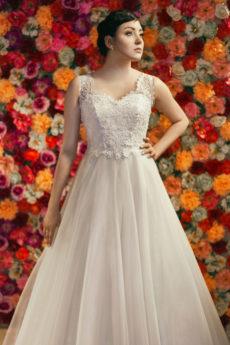 Suknia ślubna Model 613; księżniczka z pięknie zdobionym gorsetem.
