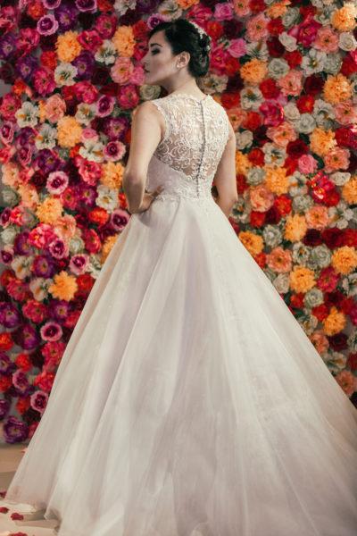 Suknia ślubna z koronkowymi plecami i odpinanym trenem.