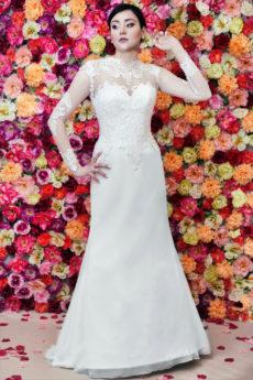 Suknia ślubna rybka, zdobiona haftem, z długim rękawem i szyfonową spódnicą.
