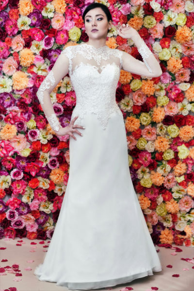 Suknia ślubna Model 614, rybka, zdobiona haftem, z długim rękawem i szyfonową spódnicą.