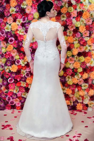 Suknia ślubna z długim rękawem zapinana na guziczki i zdobiona haftem.