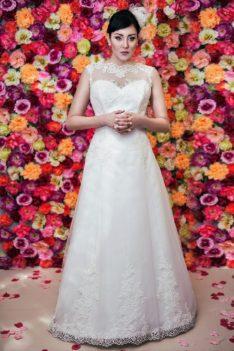 Suknia ślubna Model 617, Suknia litera A z dekoltem illusion i trenem.