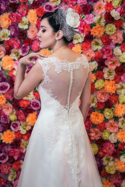 Suknia ślubna litera A z dekoltem illusion zapinanym na guziczki.