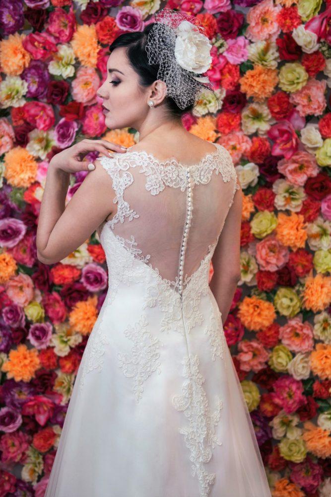 Suknia ślubna Model 617, Suknia ślubna litera A z dekoltem illusion zapinanym na guziczki.