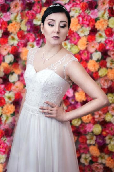 Klasyczna suknia z koronkowym gorsetem i muślinową spódnicą.