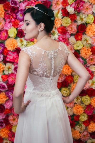Klasyczna suknia z koronkowym gorsetem zapinanym na guziczki i muślinową spódnicą.