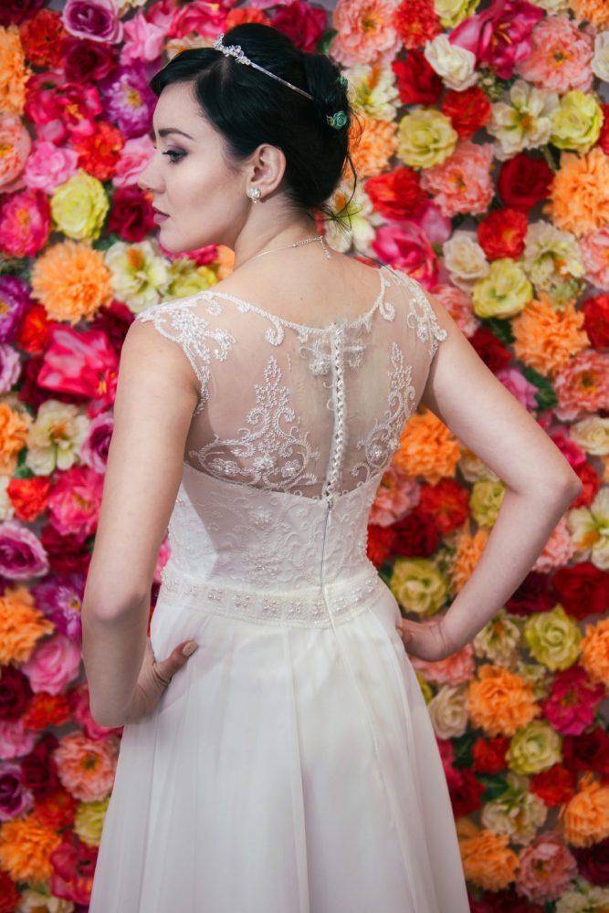 Suknia ślubna Model 618; Klasyczna suknia z koronkowym gorsetem zapinanym na guziczki i muślinową spódnicą.