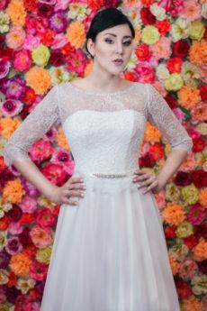 Suknia ślubna Model 711; Klasyczna suknia z rękawem 3/4 i muślinową spódnicą.