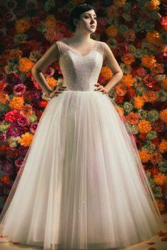 Bogato zdobiona Princessa z obszerną brokatową spódnicą.