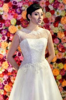 Prosta suknia ślubna litera A z zabudowanym dekoltem.