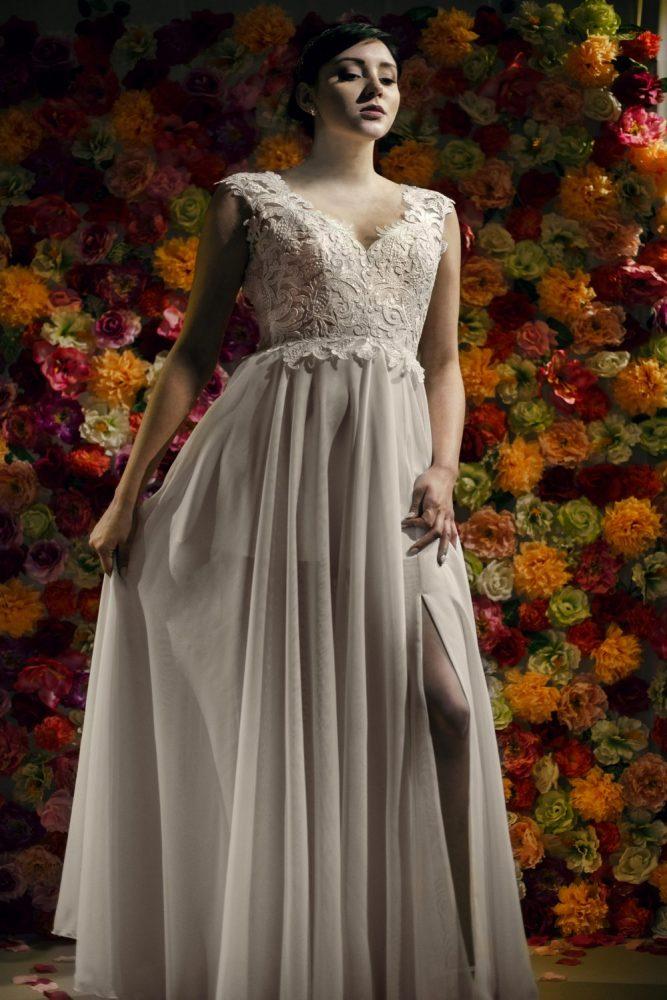Nowoczesna suknia ślubna z rozcięciem na nodze.