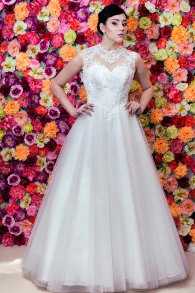 Suknia ślubna Princessa z dekoltem typu illusion.