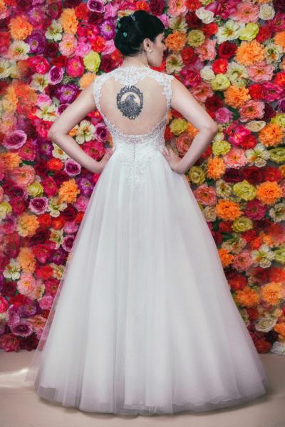 Suknia ślubna typu Princessa z odsłoniętymi plecami.