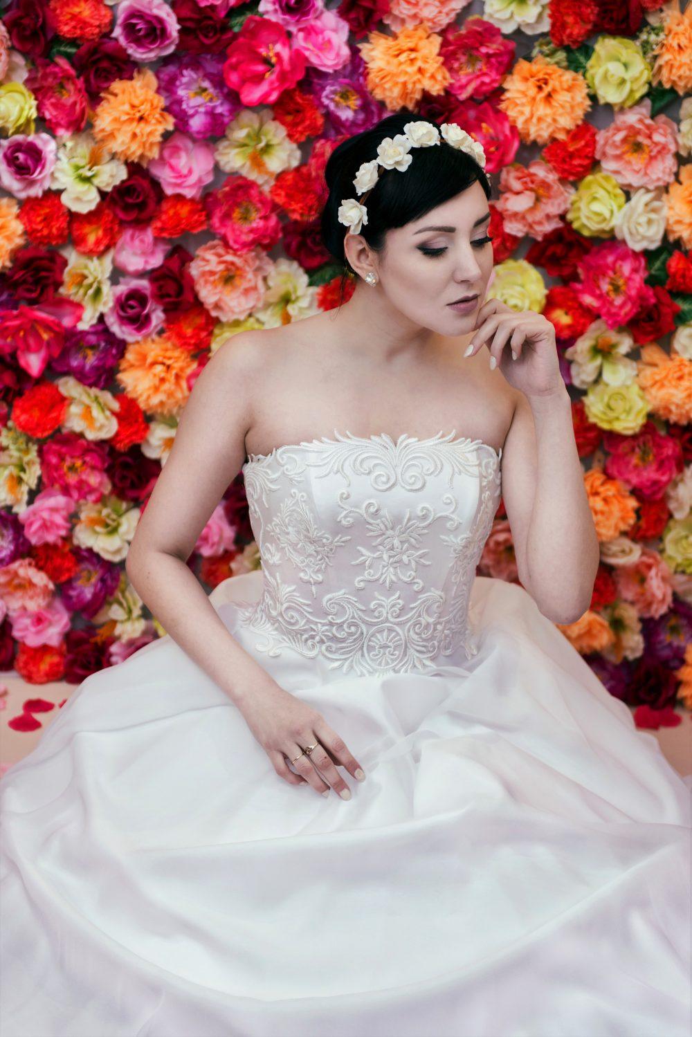 Suknia ślubna litera A z prostym dekoltem.