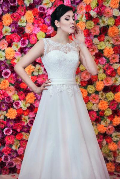 Suknia ślubna litera A z francuskiej koronki i muślinu.