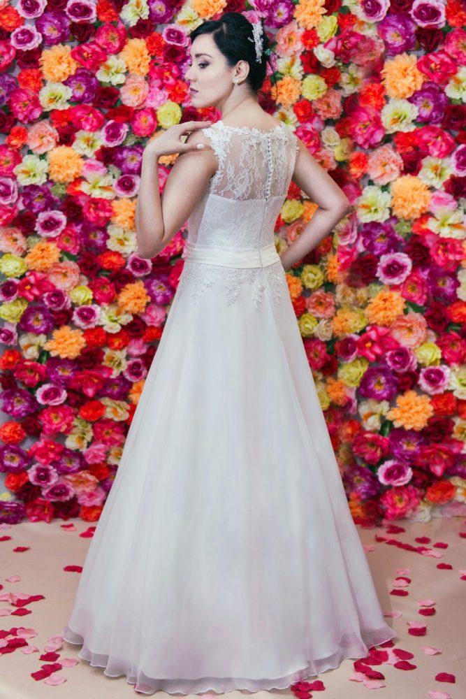 Suknia ślubna litera A z koronki i muślinu. Tył.
