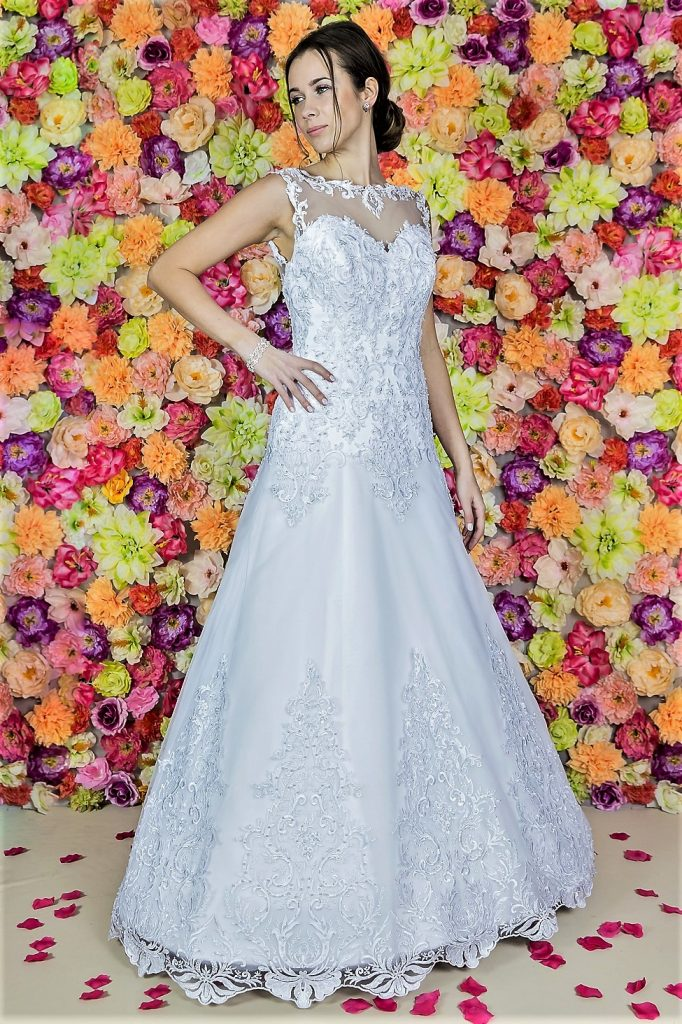 Suknia ślubna Model 819; Suknie ślubne, szycie miarowe, szycie na miarę, producent, suknia ślubna, moda ślubna, salon sukien ślubnych, suknie ślubne galeria, zdjęcia sukni ślubnych, krótkie suknie ślubne, długie suknie ślubne, klasyczne suknie ślubne, koronkowe suknie ślubne, suknia, ślub, zielona góra, panna młoda, wesele, żary, żagań, słubice, świebodzin, sulechów, krosno odrzańskie, nowogród bobrzański, gubin, nowa sól, lubuskie, dolnośląskie, Rodzaje sukien ślubnych