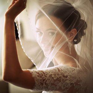 10 wskazówek, które pomogą przy poszukiwaniu i kupnie wymarzonej sukni ślubnej.