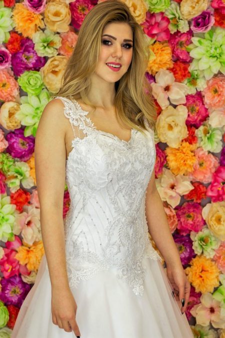 Suknia ślubna Model 915; Suknie ślubne, suknie ślubne szyte na miare, suknie ślubne na wymiar, suknie slubne duze rozmiary, suknia ślubna z rękawem 3/4, suknie ślubne szyte na miarę, producent sukni ślubnych, producent sukien ślubnych, szycie miarowe, szycie na miarę, producent, suknia ślubna, moda ślubna, salon sukien ślubnych, suknie ślubne galeria, zdjęcia sukni ślubnych, krótkie suknie ślubne, długie suknie ślubne, klasyczne suknie ślubne, koronkowe suknie ślubne, suknia, ślub, zielona góra, panna młoda, wesele, żary, żagań, słubice, świebodzin, sulechów, krosno odrzańskie, nowogród bobrzański, gubin, nowa sól, lubuskie, dolnośląskie, Rodzaje sukien ślubnych