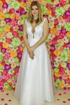 Suknia ślubna Model 916; Suknie ślubne, szycie miarowe, szycie na miarę, producent, suknia ślubna, moda ślubna, salon sukien ślubnych, suknie ślubne galeria, zdjęcia sukni ślubnych, krótkie suknie ślubne, długie suknie ślubne, klasyczne suknie ślubne, koronkowe suknie ślubne, suknia, ślub, zielona góra, panna młoda, wesele, żary, żagań, słubice, świebodzin, sulechów, krosno odrzańskie, nowogród bobrzański, gubin, nowa sól, lubuskie, dolnośląskie, Rodzaje sukien ślubnych