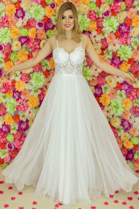 Suknia ślubna Model 923; Suknie ślubne, szycie miarowe, szycie na miarę, producent, suknia ślubna, moda ślubna, salon sukien ślubnych, suknie ślubne galeria, zdjęcia sukni ślubnych, krótkie suknie ślubne, długie suknie ślubne, klasyczne suknie ślubne, koronkowe suknie ślubne, suknia, ślub, zielona góra, panna młoda, wesele, żary, żagań, słubice, świebodzin, sulechów, krosno odrzańskie, nowogród bobrzański, gubin, nowa sól, lubuskie, dolnośląskie, Rodzaje sukien ślubnych